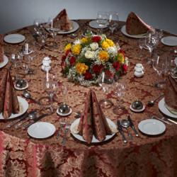 Красная скатерть на круглый стол